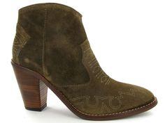 Suede western enkellaarsjes van het merk Kanna. De trend van het najaar! €129,95 #western #enkellaarsjes #schoenen #cowboy #trend