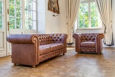 Klasyczna sofa i fotel Chesterfield tapicerowane brązową, lekko postarzaną luksusową skórą. Chesterfield Chair, Accent Chairs, Furniture, Home Decor, Upholstered Chairs, Interior Design, Home Interior Design, Arredamento, Home Decoration