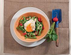 Leicht und Low Carb: Warmer Gemüsesalat mit Hüttenkäse und porchiertem Ei