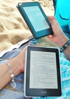 Leyendo en la playa. Yo, a Paris Yolanda Garcia, y él... ¿estará leyendo lo nuevo de Magela Gracia? ;)