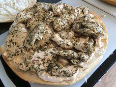 Turks brood gevuld met een sausje en gekruide kip uit de oven