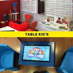 Avoir un espace d'attente moderne et attractif pour les enfants est un avantage majeur en magasin. Les enfants s'amusent dans le calme pendant votre équipe s'occupe sereinement de vos clients!  La Table Kid's est spécialement conçue pour les enfants à partir de 3 ans ! #TableKids #Pharmacie #Opticien #Jeux #Attente #Magasin #Vente Table Tactile, Deco, Set Design, Ministry, Flat Screen, Room, Kids, Space Games, Middle Fingers