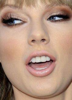 taylor swift gorgeous makeup for hooded eyes Taylor Swift Make-up, Taylor Swift Pictures, Swift 3, Makeup Inspo, Makeup Inspiration, Beauty Makeup, Celebrities With Hooded Eyes, Eyeliner, Native American Quotes