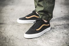 The Vans Old Skool in black with a fine cork-stripe on both sides is available at our shop now!