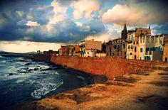 SARDEGNA: LE 10 COSE DA FARE E VEDERE NELLA SPLENDIDA ALGHERO Siete mai stati ad Alghero? La capitale della Riviera del Corallo. Una delle città più belle e conosciute della Sardegna. Un pezzo di Catalogna in Italia. Storia, mare, tradizioni, spiagge, scogliere #sardegna #alghero #vacanze #mare #estate
