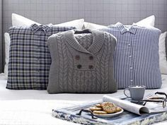 Turn an Old Sweater Into a Chic, Preppy Pillow Add warm, menswear-inspired appeal to your bed pillows this winter with quick and easy slipcovers made from old sweaters and button-up shirts. Diy Pillows, How To Make Pillows, Throw Pillows, Sweater Pillow, Old Sweater, Knit Sweaters, Shirt Pillows, Preppy Sweater, Alter Pullover