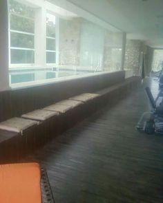 Banco em madeira de demolição e piso vinilico