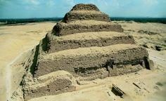 Piramide a gradoni di Zoser, ca 2650 a.C. blocchi squadrati di pietra calcarea, altezza 60 m, lati di base 109x121 m. Necropoli di Saqqara. Il grande architetto Imhotep fu incaricato da Zoser di creare, come dimora per la sua anima, la piramide che ancora oggi reca gloria al nome del sovrano.