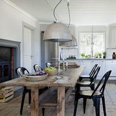 une table loft en bois et suspensions industrielles
