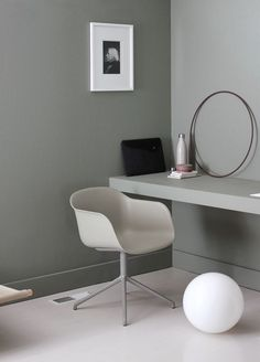 Minimal workspace with Fiber chair by Muuto. Office Interior Design, Home Office Decor, Office Interiors, Home Decor, Modern Interiors, Workspace Inspiration, Office Workspace, Office Chairs, Desk Chair
