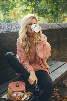 Sad to Leaf NYC – Barefoot Blonde by Amber Fillerup Clark Barefoot Blonde in Fall in Central Park drinking hot chocolate in Prada booties Sweater Outfits, Fall Outfits, Casual Outfits, Cute Outfits, Fashion Outfits, Barefoot Blonde, Foto Pose, Fall Looks, Cold Weather Outfits