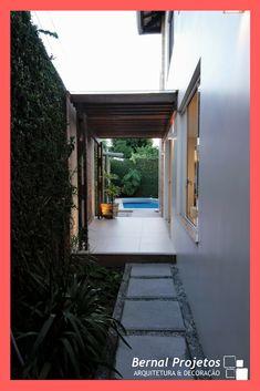 Passeio lateral formado por placas de concreto e muro verde compõem a lateral da residência que liga o fundo com a área de lazer. Side Walkway, Modern Residential Architecture, Garden Design, House Design, Bricks, Zen, Ethnic, Yard, Gardening