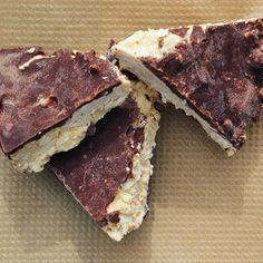 https://www.instagram.com/p/9wJqAohxI1/ Fredagsgott: Kokosbountys med kolasmak. Gluten, mejeri och sockerfria Recept  http://recept.herbalstore.se. Länk till receptbloggen finns på vår hemsida #herbalstorese DO IT LIKE THIS -> sukrin gold, protein, riven kokos, walden farms caramel/pancake syrup & smält choklad