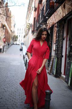Cuando nadie me ve – Sara Carbonero Vestido largo rojo de Dolores Promesas
