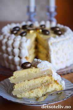 Sponset innlegg. Hei kjære dere! I dag startet påskeferien for mange, og det er tid for lange, fine, hyggelige påskedager! Det er også tid for gode middager og mye besøk, og da er det jo stas å kunne diske opp med en skikkelig deilig påskekake! Hemmeligheten bak den saftige konsistensen på denne kaken, og den fyldige smaken på fromasjen, er at jeg har brukt Viking Melk i både kake og fromasjen. Og det er ikke tilfeldig, for denne kaken har jeg nemlig spesialkomponert i anledning 125-års…