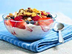 comer yogur para desayunar con frutas