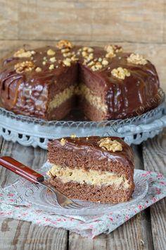 bolo de chocolate e caramelo com creme de nozes
