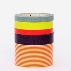 Une suite de 5 rouleaux de masking tape aux couleurs acidulées. A offrir ou s'offrir ;)