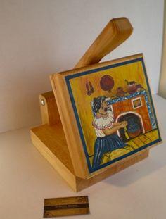 maquina para hacer tortillas de madera, bellamente decorada.