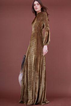 The complete J. Mendel Pre-Fall 2018 fashion show now on Vogue Runway. Autumn Fashion 2018, Fashion 2017, Runway Fashion, Fashion News, High Fashion, Vestidos Vintage, Vintage Dresses, Lace Dresses, Club Dresses