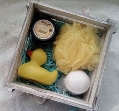 Sweater, Cookies, Mug Gift Box Ideas Gift Gift Box For Men, Diy Gift Box, Birthday Box, Friend Birthday Gifts, Christmas Decorations To Make, Diy Christmas Gifts, Santa Gifts, Regalo Baby Shower, Diy Gift Baskets