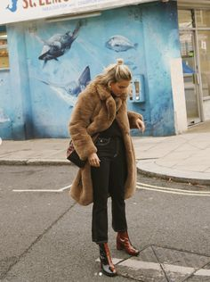 One of my favorite Fashion Influencers is Lucy Williams (Fashion Me Now). Her cool classic effortless style resinates with me. Fashion Me Now, Look Fashion, Womens Fashion, Fur Coat Fashion, Fall Fashion, High Fashion, Fur Coat Outfit, Coat Dress, Street Looks