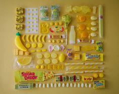 同色カラーのお菓子を集めて撮影したカラフルなフォトアート | DesignWorks デザインワークス