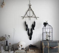 Reliques de la Mort . attrape-rêves triangle de branche et plume noir suspension pour décoration Harry Potter pagan sorcellerie .