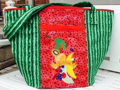 Die Markttasche. Ein Monstrum an Tasche ! Da ich grad Urlaub im Sommer gemacht habe und dort den ultimativen Stoff gefunden hatte, hat sich das gute Stück praktisch selbst designt.  Außen die Schale...
