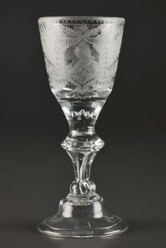 Gobelet sur pied balustre en verre gravé d'un profil d'Elisabeth I de Russie  d'un côté et de l'aigle impériale de l'autre, verre tronconique du XVIIIe s., probablement Lauenstein, h. 17,3 cm