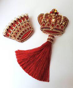 Ну разве можно носить всего одну брошь? Особенно, если это брошь-корона, особенно, если брошь с кисточкой, особенно, если ты -королева #брошькорона #корона #вышивка #красный #сет #аксессуары #украшения #подарок #брошки #кисточка #embroidery #art #accessories #jewelry #craft #design #вкрасном #ярко #лето #дизайн #творчество #коллекция #люблюсвоюработу