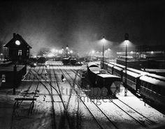Eisenbahn Rangierbahnhof, 1936 Timeline Classics/Timeline Images #Licht #Schatten #Nacht #Night #30er #30s #Eisenbahn #Gleis #Gleise #Nachtaufnahme #Atmosphäre #Dunkelheit #historisch #historical