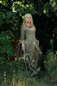 Here is a medieval fantasy dress in grayish green. Inspired by the Game of Thrones costume designs, Winterfell in particular. We wanted to tell a story of the upcoming cold winter after the longest summer and the beautiful sadness of the dying nature of the North. The costume