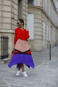 Look do dia super colorido da Lalá Noleto em Paris: blusa laranja, saia midi e tênis branco. O cabelo ficou super descolado com a trança embutida.