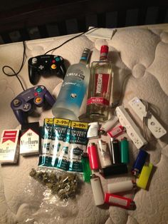 Only drinks and drugs games are not - Modern Stoner Room, Stoner Art, Fille Gangsta, Gangsta Girl, Rauch Fotografie, Cigarette Aesthetic, Alcohol Aesthetic, Smoke Photography, Puff And Pass