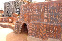 Эти примитивные произведения искусства украшают повседневную жизнь местного населения и всегда привлекают внимание гостей страны.