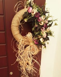 This Pin was discovered by mrw Xmas Crafts, Easter Crafts, Diy And Crafts, Arts And Crafts, Xmas Wreaths, Grapevine Wreath, Burlap Wreath, Diy Wall Decor For Bedroom, Home Decor