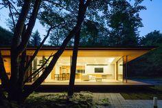 Image 19 of 26 from gallery of Yokouchi Residence / Kidosaki Architects Studio. Photograph by Photography - Junji Kojima Modern Tropical House, Tropical Houses, Modern House Design, Karuizawa, Long House, My House, Beautiful Architecture, Architecture Details, Garden Studio