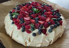 Pavlova – tort bezowy z mascarpone i owocami – iMadzik Fancy Desserts, Delicious Desserts, Yummy Food, Meringue Pavlova, Polish Recipes, Pastry Cake, Easy Cake Recipes, Cooking Time, Sweet Tooth