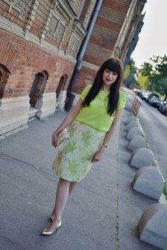 SAGAN TO VIE!_Katharine-fashion is beautiful_Katarína Jakubčová_Žakarová sukňa_Fashion blogger fashionisbeautiful #chic #skirt #inspiration #floral #green #trend #summer #gold #neon #necklace