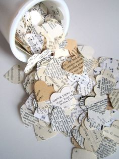 Des gros coeurs, en guise de confettis, à créer, dans des livres d'amour et des partitions