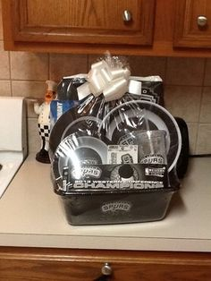 San Antonio Spurs Gift basket, include sm bowl, lg bowl, plate , cup, 2 stickers, SA banner.