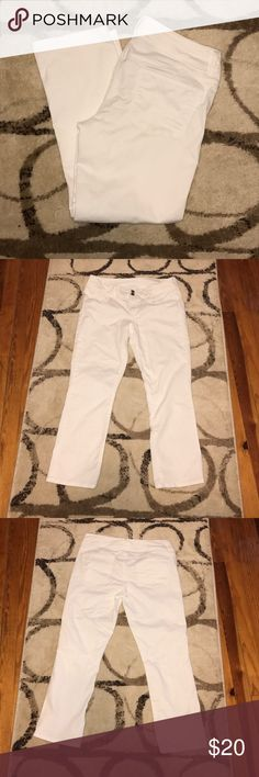 American Eagle White Artist Crop Jeans AEO White Artist Crop jeans. Size 8. These are basically NWOT. Never worn! In like new condition. No stains and no wear. Still very white. They are stretch. American Eagle Outfitters Pants Ankle & Cropped