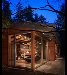This house was designed by Finne Architects—a Seattle based firm—somewhere north of seattle. I'd guess Bothell& Forest Park area. The house maintains a modern cabin aesthetic through its … Wood House Design, Modern House Design, Wall Design, Lake Forest Park, Modern Wooden House, Modern Houses, Glass Pavilion, Haus Am See, Forest House