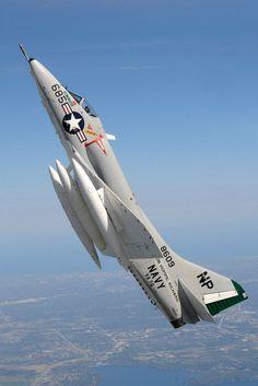 A4D-2 (A-4B): Avión reforzado y con capacidad de reabastecimiento en vuelo, navegación y sistemas de control de vuelo mejorados, provisión para misiles AGM-12 Bullpup , 542 construidos.