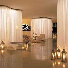 biombos de cortina iluminados na sala de estar