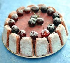 Charlotte aux cerises - Envie de bien manger. Plus de recettes ici : www.enviedebienmanger.fr