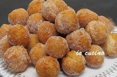Le castagnole sono uno dei dolci più tipici del periodo carnevalesco. Piccole palline di pasta fritte che possono essere gustate al naturale oppure farcite.