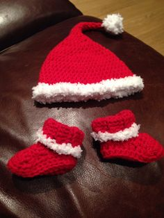 Crochet santa hat and boots for newborn