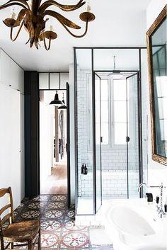 Tour a Perfectly Boho Parisian Home // box em vidro e ferro preto piso de ladrilho hidraulico